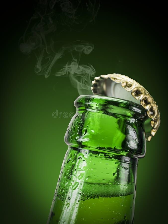 Abra a garrafa de cerveja fotos de stock