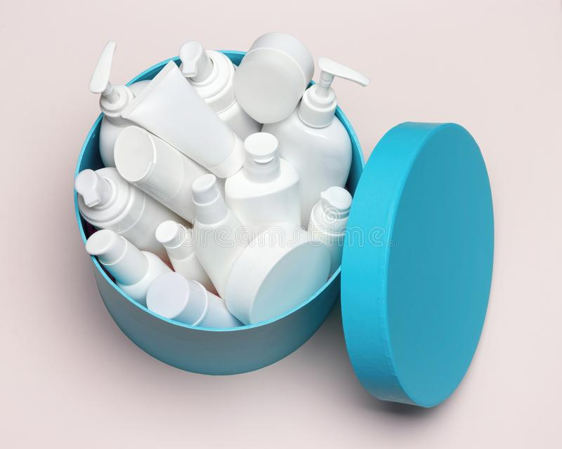Abra a grande caixa de presente redonda enchida com o produto cosmético diferente fotos de stock