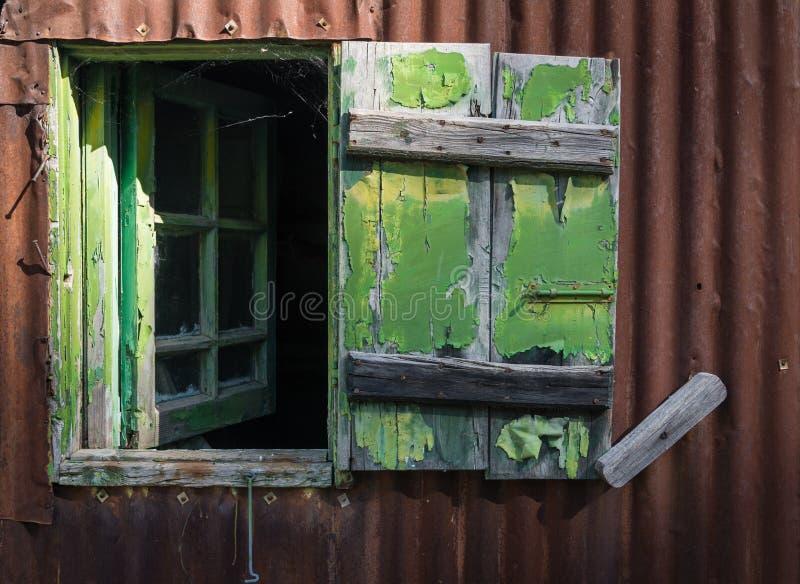 Abra janela de madeira quebrada fotografia de stock