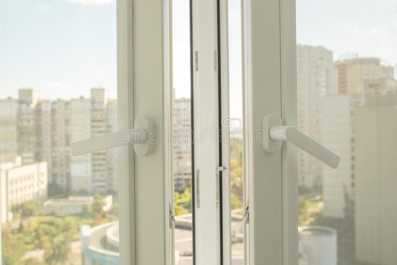 Abra a janela plástica em um plano imagens de stock