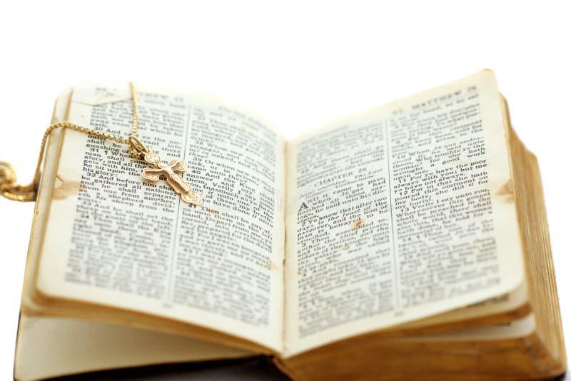 Abra la biblia con la cruz fotos de archivo libres de regalías