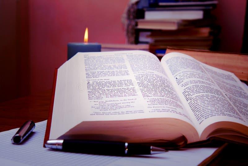 Abra la biblia en el escritorio del estudio imágenes de archivo libres de regalías
