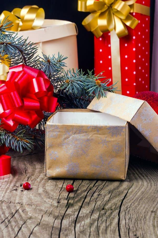 Abra la caja con un regalo de Navidad fotografía de archivo