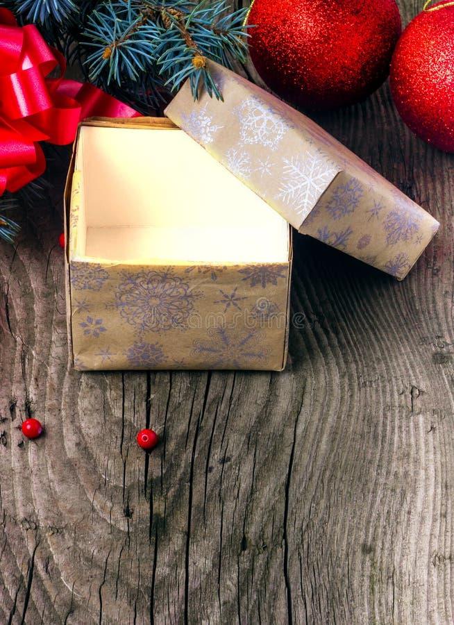 Abra la caja con un regalo de Navidad fotografía de archivo libre de regalías