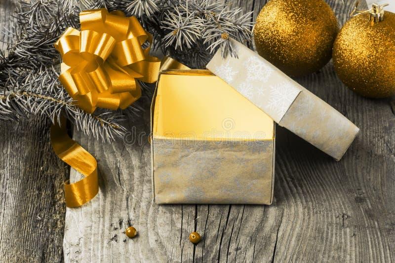 Abra la caja con un regalo de Navidad fotos de archivo