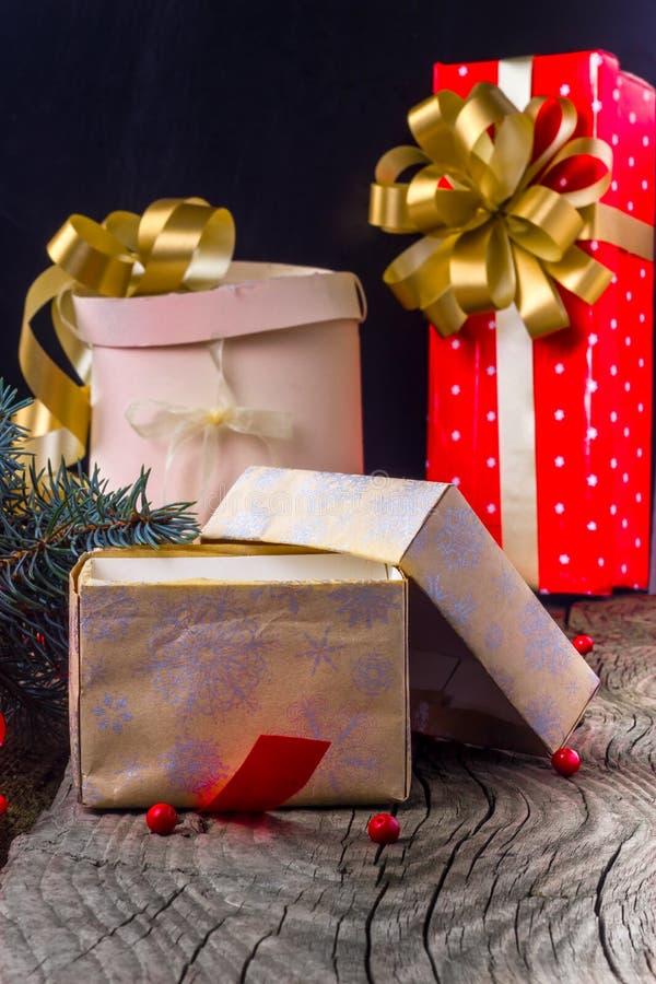Abra la caja con un regalo de Navidad imagen de archivo