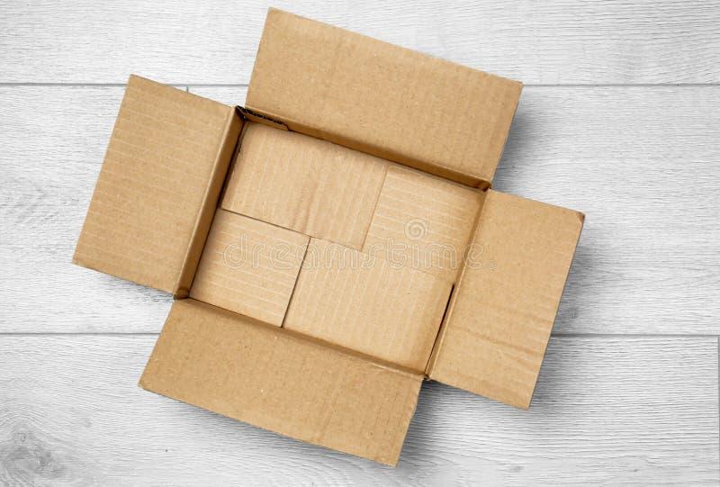 Abra la caja de cartón vacía imagenes de archivo