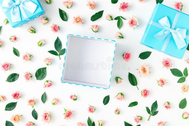 Abra la caja de regalo azul con las rosas rosadas en el fondo blanco stock de ilustración