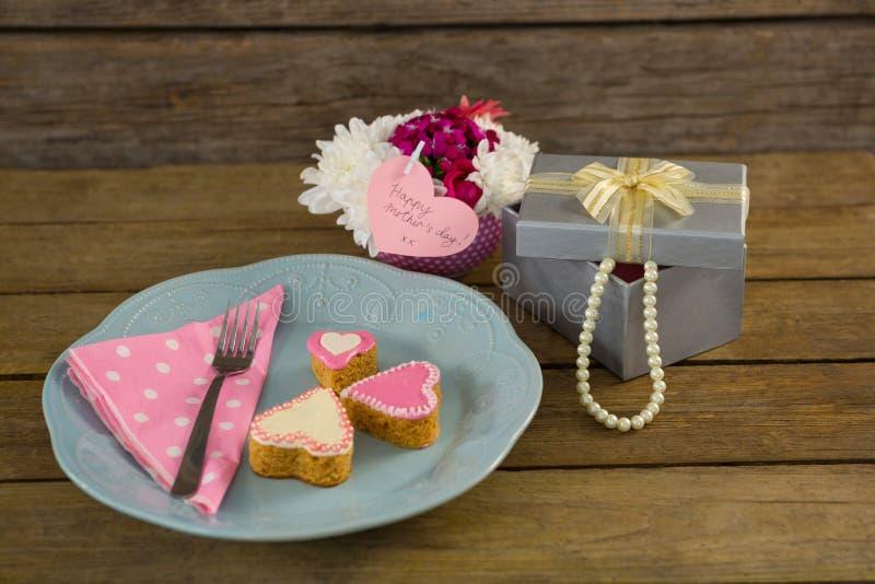 Abra la caja de regalo con las galletas de la forma del florero y del corazón fotografía de archivo