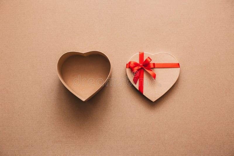 Abra la caja del corazón con el espacio para el texto en el papel de Kraft fotos de archivo