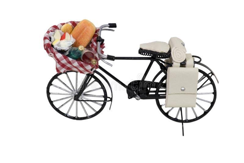 Abra la cesta del alimento de la comida campestre en la bicicleta imágenes de archivo libres de regalías