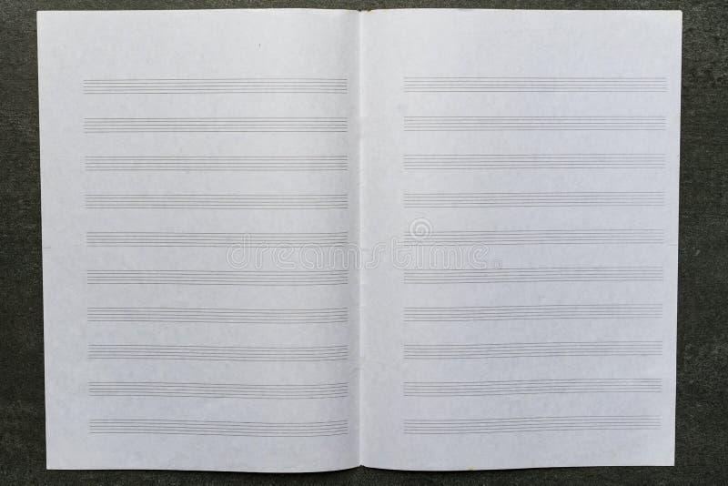 Abra la hoja de música en la tabla negra fotos de archivo