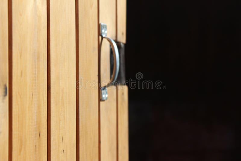 Abra la puerta de madera imágenes de archivo libres de regalías