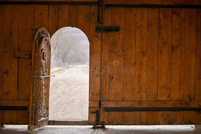 Abra la puerta de madera imagen de archivo