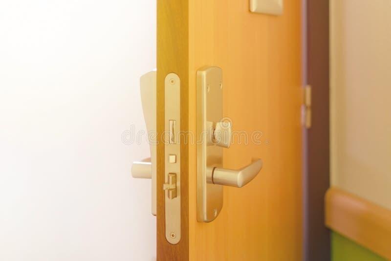 Abra la puerta moderna, interior de la habitación, nadie imagenes de archivo