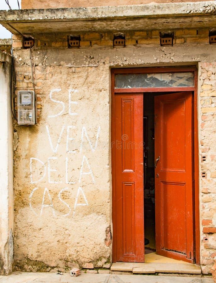 Abra la puerta roja en la pared amarilla con el metro de poder La muestra en las paredes dice imágenes de archivo libres de regalías