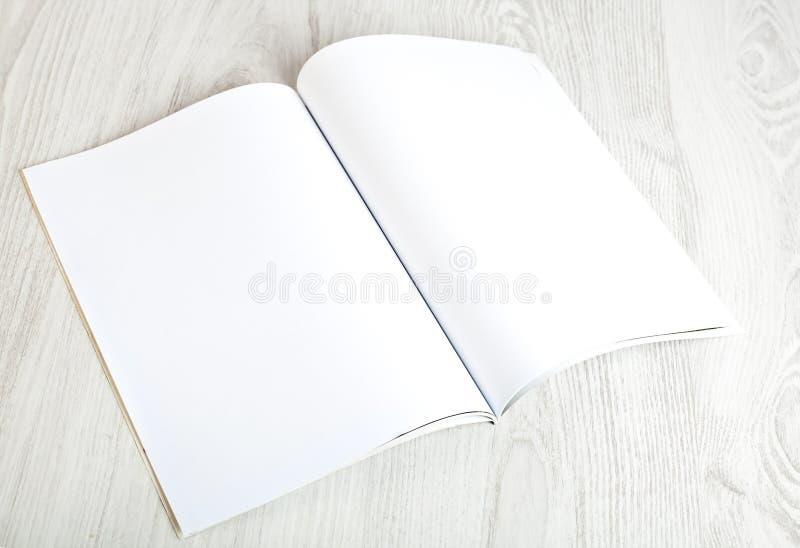 Abra la revista con las páginas en blanco fotografía de archivo