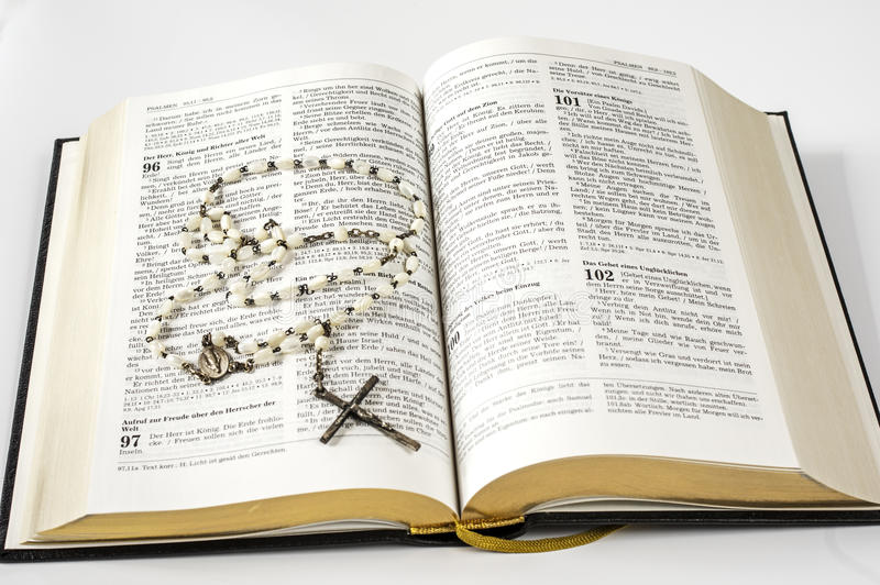 Abra la Sagrada Biblia y las gotas fotografía de archivo libre de regalías