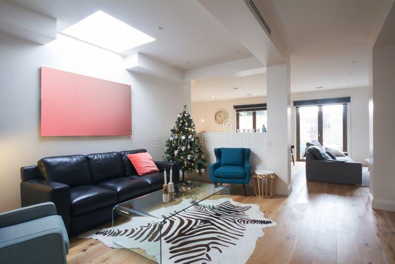 Abra la sala de estar casual del plan en hogar contemporáneo imagen de archivo libre de regalías