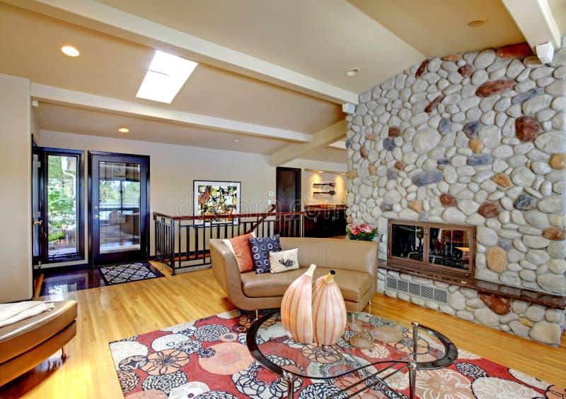 Abra la sala de estar interior casera de lujo moderna y la chimenea de piedra. imagen de archivo