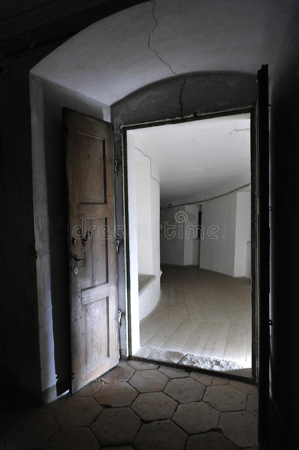 Abra la sola puerta en oscuridad fotografía de archivo libre de regalías
