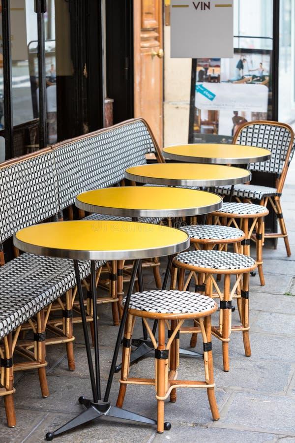 Abra la terraza del café, las mesas redondas y las sillas de mimbre, París, Francia foto de archivo libre de regalías