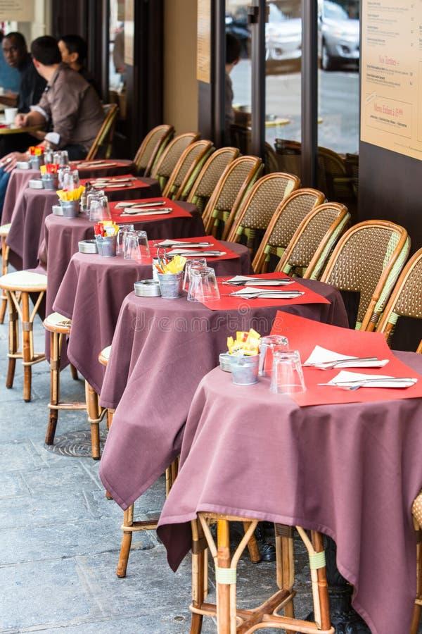 Abra la terraza del café, las mesas redondas y las sillas de mimbre, París, Francia imagen de archivo libre de regalías
