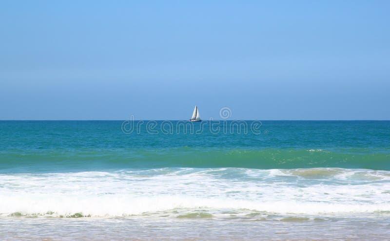 Abra la visión en el paisaje del mar tranquilo con el cielo quebradizo en el horizonte imágenes de archivo libres de regalías