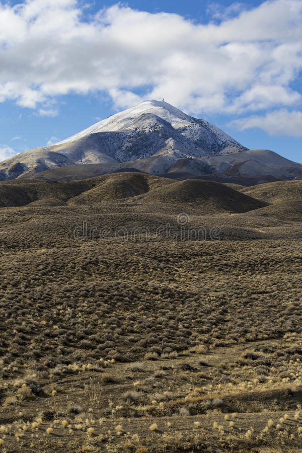Abra largamente a paisagem vazia do deserto em Nevada durante o inverno com céus azuis e nuvens fotos de stock royalty free