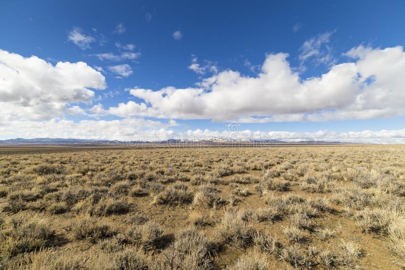 Abra largamente a paisagem vazia do deserto em Nevada durante o inverno com céus azuis e nuvens fotos de stock