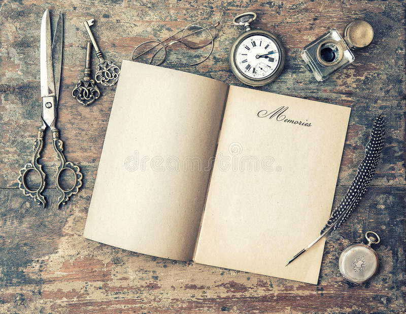 Abra las herramientas del libro del diario y de la escritura del vintage memorias pocilga retra fotografía de archivo