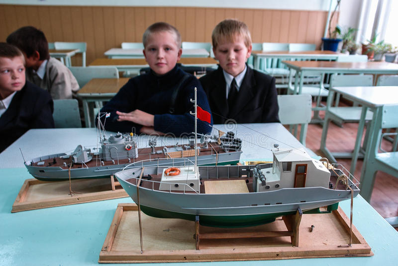 Abra a lição na modelagem em uma escola rural na região de Kaluga de Rússia imagem de stock