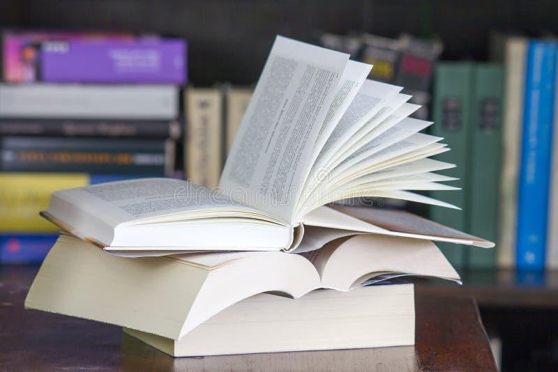 Abra livros na mesa foto de stock royalty free