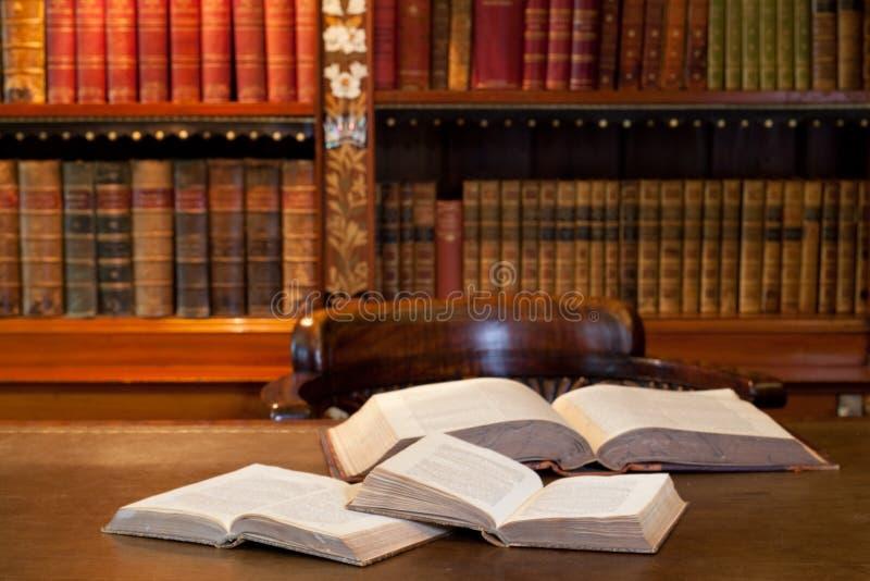 Abra los libros en estudio o biblioteca foto de archivo