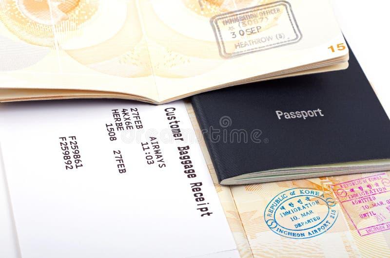 Abra los pasaportes y los documentos del equipaje imagen de archivo libre de regalías