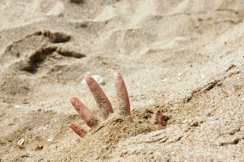 Abra a mão na areia fotografia de stock