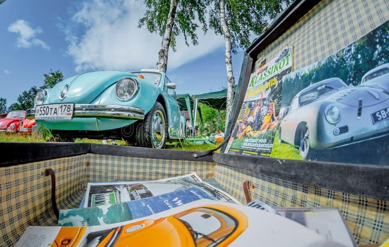 Abra a mala de viagem à moda do vintage com os compartimentos sobre Volkswagen Beetle e o transporte foto de stock
