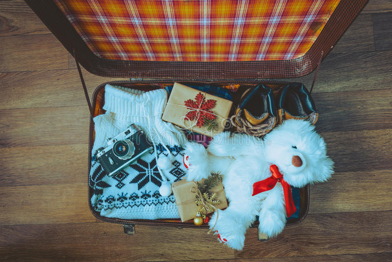 Abra a mala de viagem com roupa ocasional foto de stock