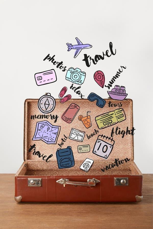 Abra a mala de viagem do vintage com ícones do curso ilustração royalty free