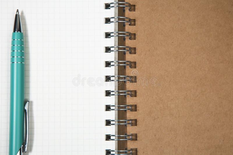 Abra o bloco de notas espiral vazio com abeto t do conceito do Natal da pena do metal imagens de stock