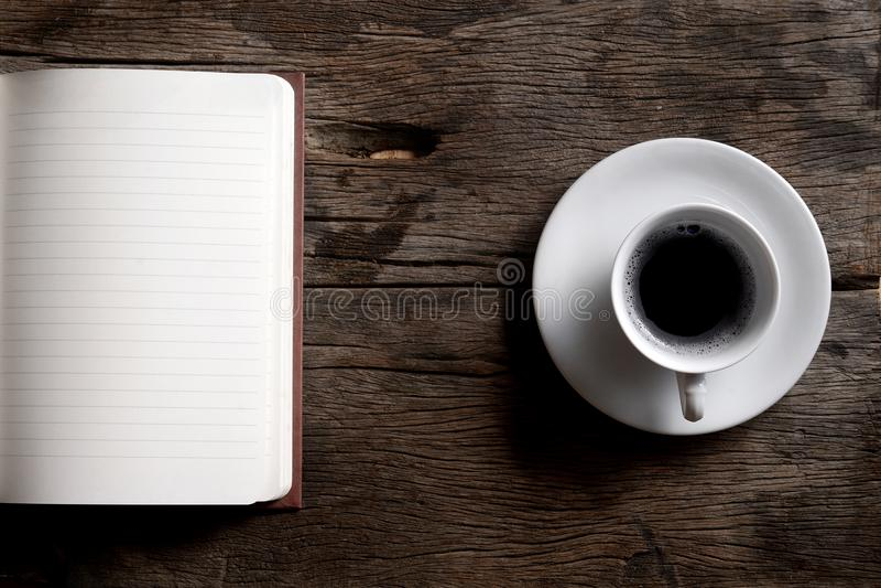 Abra o caderno com copo de café imagem de stock