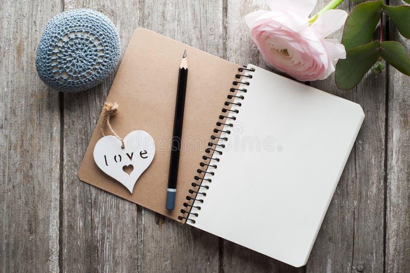 Abra o caderno, coração, peso de papel imagens de stock royalty free