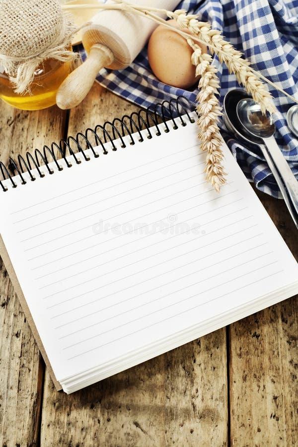 Abra o caderno e ingredientes frescos imagens de stock royalty free