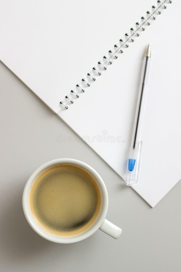 Abra o caderno e a xícara de café fotos de stock