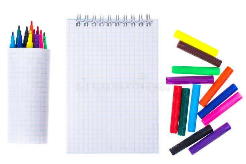 Abra o caderno vazio espiral com os marcadores da cor no backgroun branco imagens de stock royalty free