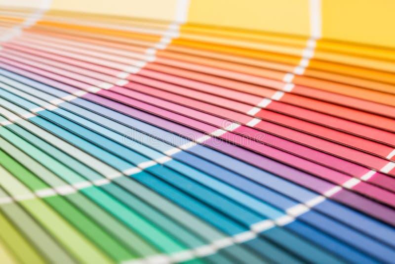 Abra o catálogo das cores da amostra do pantone foto de stock royalty free