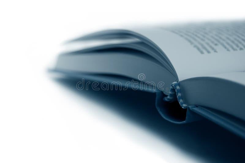 Abra o close up do livro no azul, isolado fotografia de stock
