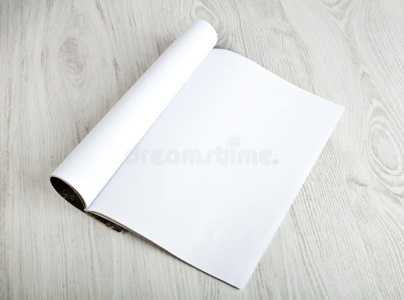 Abra o compartimento com páginas vazias foto de stock