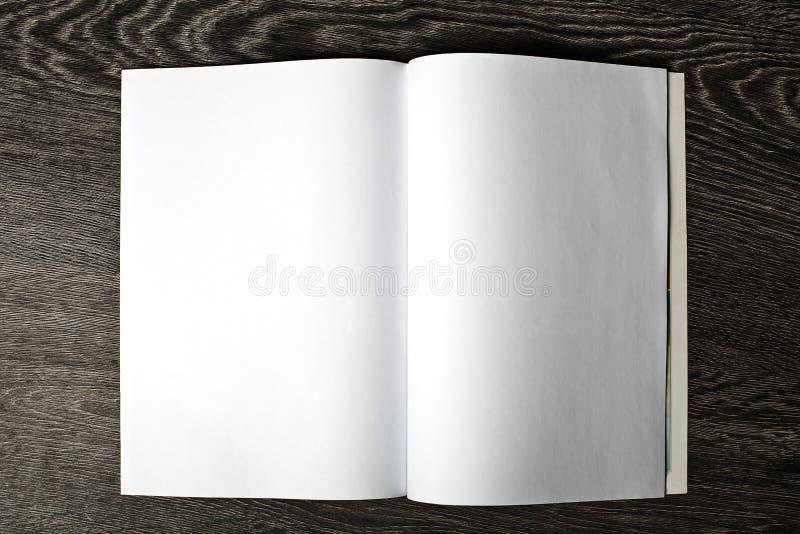 Abra o compartimento com páginas vazias imagens de stock royalty free