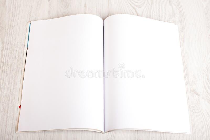 Abra o compartimento com páginas vazias imagem de stock